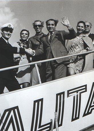 Angelo Litrico together with Renato Balestra, Donna Simonetta and Micol Fontana, an Alitalia plane bound for Japan, early 1960s